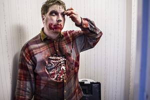 Daniel Kåven tillhör crewet, men ibland ger de sig in i rollspelet som zombies.