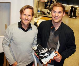 Nu är det nya skär som gäller för tidigare hockeyspelaren Per Mårs, till höger, som tagit fram en uppfinning som gör det möjligt att åka inlines med riktig skridskokänsla. Hans Victor, till vänster, är finansiär och delägare i det nya bolaget Marsblade som ska kommersialisera produkten.