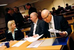 Anette Edenbo, till vänster, är själv ledare och en av de utbildningsansvariga vid Jämtland Härjedalens fotbollsförbund. Hon är själv skeptisk till det uppdrag om elitgallring som distrikten fått av Svenska fotbollförbundet.– Det här med elitlägren i Halmstad är upphaussat, säger hon.På bilden ses hon tillsammans med Svenska fotbollförbundets ordförande Lars-Åke Lagrell, längst till höger, samt Ville Wehlin, ledare från Vemdalen.