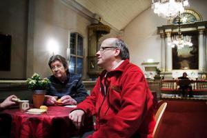 Gunnar Boström och Anders Brolén njuter av kaffet och musiken som Robin Andersson i bakgrunden svarade för på fredagskvällen.