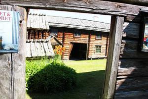 Den fyrbyggda Karlsgården i Järvsö har en tusenårig historia. Gården är Hälsinglands äldsta visningsgård.