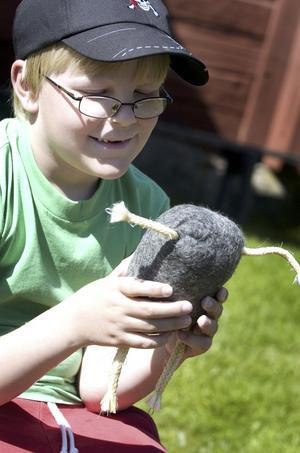 Trollbunden. Adam Eriksson, 8 år, tycker det är roligt att slöjda och är helnöjd med sitt troll.