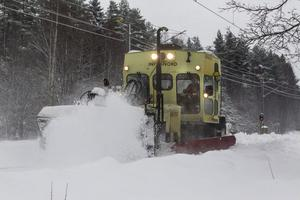 En maskin med stora borstar sopar järnvägsspåren i både Hudiksvall och Nordanstig.