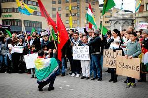 8 september 2014. Även Örebros kurdiska föreningar har demonstrerat mot IS och visat sitt missnöje mot världssamfundet som inte undsatt den kurdiska befolkningen i staden Kobane i Syrien.