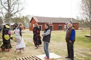 Morgan Normans mamma Inger Bäckman bor i Ljusdal och passade på att hälsa på när sonen var i krokarna. Hon tycker det är roligt att han hyllar hembygden med sina bilder. Bakom Inger står hennes man Sven Bäckman.