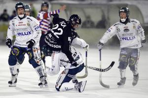 En av många tuffa närkamper i kvartsfinalmötet mellan SAIK och Hammarby 2009.