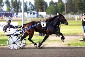 Norska fenomenet Lannem Silje, med Ola M Skrugstad i sulkyn, vann överlägset i V64-3.