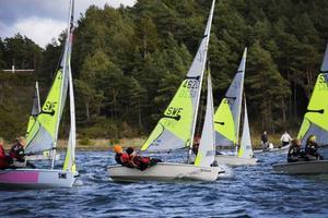 Fyra segrar och två andraplatser efter nio seglingar ordnade guldet.