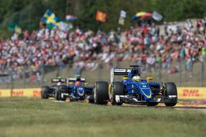 Den svenska flaggan syns återigen vid Formel 1-tävlingarna runt om i världen. På bilden ligger Marcus Ericsson före teamkamraten Felipe Nasr.
