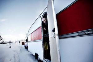 Andrei och hans familj har fått låna en husvagn där de kan laga mat.