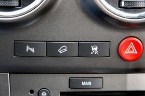 Extra knappar att trycka på - för att stänga av parkeringsassistansen och antisladdsystemet. Knappen i mitten hjälper dig att bromsa i branta och hala nedförsbackar.