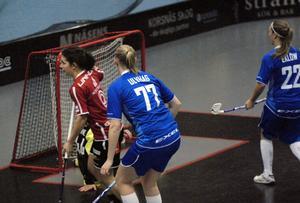Sara Kristoffersson jublar här efter sitt 1–0 mot Täby, som till sist blev hela 11–6.