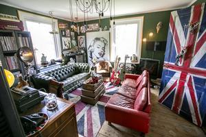 Det engelska rummet har fått sin inspiration av den bruna fåtöljen mitt i rummet.