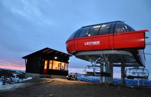 Från Fjällgårdenexpressens bergstation är utsikten magnifik åt alla håll, men snö är fortfarande en bristvara.