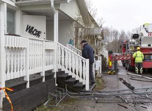 Bror Gröndahl går upp för trappan till sitt utbrända hem. Han har kommit för att leta efter sin katt, Pelle.
