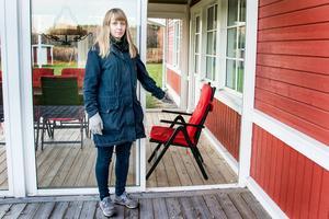 Altandörren i Öråker var öppen så att hunden kunde ta sig in och lägga sig till rätt på en av stolarna.