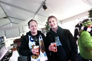 Mårten Bergander och Henrik Lysén hade längtat efter fotbollspremiären ända sedan kvalrysaren i höstas. Eftersom de var föranmälda och kunde legitimera sig fick de dricka varsin öl i sponsortältet före matchen.