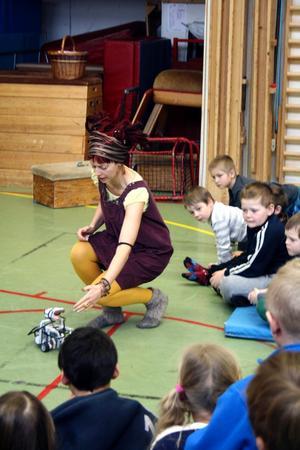 Ulrika Sultan visar den robot som eleverna på Gyttorpsskolan byggt och programmerat.