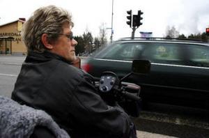 Handikappombudet Roland Engström är fortfarande uppskakad efter att en bil nästan rammat honom på ett övergångsställe i Timrå.