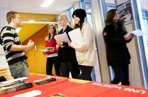 Caroline Hansson, Maria Hällkvist och Jessica Prenker går tredje året på medieprogrammet och alla är osäkra på den arbetsmarknad som råder när de gått ut skolan.Foto: Håkan Luthman