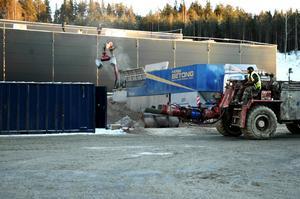 Bruk för mycket bruk. Upp till 450 kubikmeter betong per dag har gått åt till gjutningen av golvet. Därför blandades också betongen på plats istället för att fraktas dit.