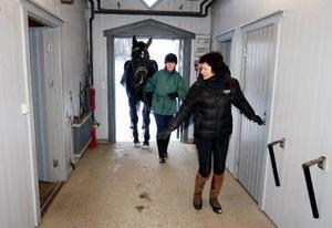 Sedan tidigare finns det åtta stallplatser till anläggningen. Bakom Inger Netterström kommer Marita Hagberg med hästen Rex.
