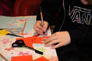 Emil Jokinen, 10 år, avbildar sin hand.