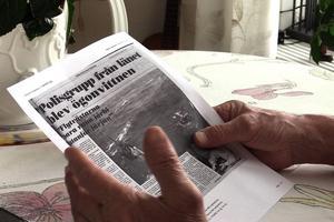 Kjell Eriksson tittar på gamla faksimil ur LT från Estoniakatastrofen. Han minns att det var en lång natt och svårt att få veta vad som hänt. Det gick inte att ringa någonstans och han fick inte kontakt med sina anhöriga förrän dagen efter.