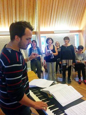Johan Östlund repeterar tillsammans med Gefle Forums körer.   Foto: Privat.