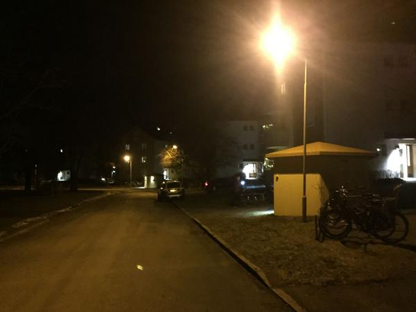 Flera polispatruller var på plats sedan två civilpoliser misshandlats och en misstänkt låst in sig i en lägenhet.