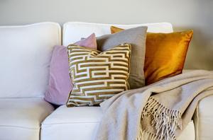 Hur väljer man rätt färg på kuddar, gardiner och mattor? Efter en kurs i inredning där du får kunskap om sådant som färg och form, möblering och belysning kommer det att gå betydlig smidigare.
