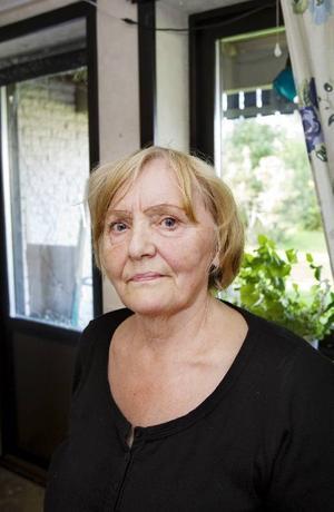 Marianne Persson i Brunflo fick ett ovanligt besök på måndagen när en orrhöna störtade rakt igenom sovrumsfönstret.