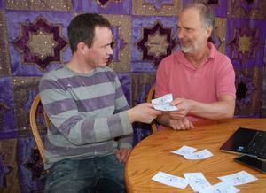 Solomon Wells lägger om golv hemma hos Björn Roxendahl och får betalt i den lokala valutan daler.