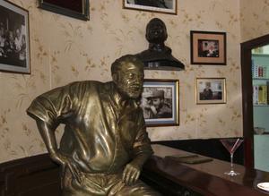På Hemingways gamla stamställe La Floridita, där han drack sina daiquiri, står en staty av honom i baren.
