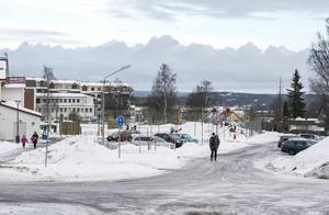 Vid Mariedalsskolan så har det byggts en hämt- och lämningsplats men att sänka hastighetsbegränsningen på vägsträckan glömdes bort.