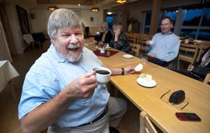 Gott med kaffe! Per-Erik Sundkvist trivdes med en kopp kaffe efter minnesgudstjänsten.