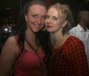Blue Moon Bar. Linda och Hanna