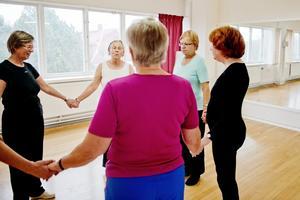 Ger varandra kraft. I cirkeldansen rör sig kvinnorna sakta runt i takt med några få enkla steg. Dansen blir som en meditation. Exakt vad som händer inuti vet ingen, men kvinnorna uppger att de mår väl av dansen.