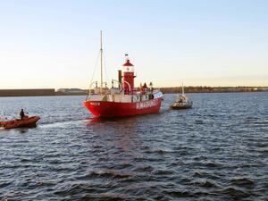 Almagrundet bogserades tryggt den sista biten av bogserbåten Axmar.
