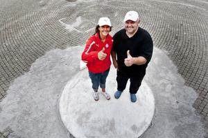 Lena Markström och Niklas Tannerstål brinner båda för idrotten och för dem är det en självklarhet att ställa upp som funktionärer under SM. De är båda grenledare för kast och ansvarar därför för att allt blir korrekt under bland annat kulstötningen på Rådhustorget.