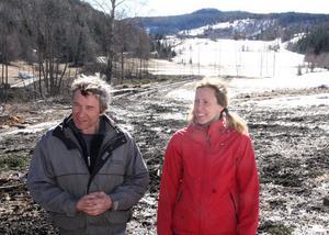 Peter Edholm och Marie Lundgren är nöjda med siktröjningen. Utsikten över Lidböle har blivit levande igen och dessutom har man fått 150 kubikmeter ved.