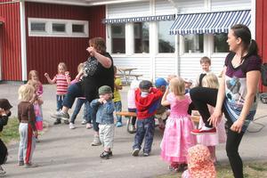 Dansparty modell Bålleberget. Musik och rytm står alltid på förskolans huvudmeny.