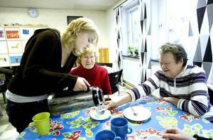 PENSIONÄRSFIKA. Servicen är bra när friskolan Prosperitas fixar pensionärskafé. Här serverar Johanna Smedbacken kaffe till Sirka-Lisa Hagström och Lisbeth Östlund.