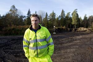 """TRIVS. Peter Hallström har kört löv åt Gävle kommun sedan 1987. Men det är långt ifrån hans enda syssla. """"På vintern blir det mycket snöröjning"""", berättar han."""
