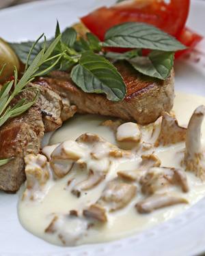 Fläskfilé med kantarellsås är en rätt som uppskattas av de flesta. Krydda gärna såsen med färsk rosmarin.