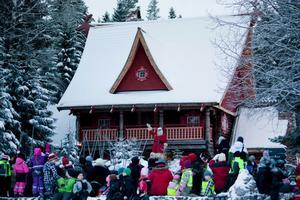 Finns det några snälla barn här? Tomten hälsar välkommen till sitt hus som är fyllt av julklappar.