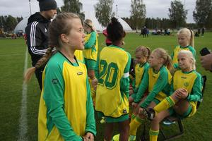 Iben Strandberg, i förgrunden, spelade med bland andra Juni Granberg, Alice Jonsson, Felicia Palbeck, Signe Hjelm och Aryam Afwerki i det ena av Ljusdals båda flicklag. Till vänster syns tränaren Olov Lundh.