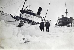 Fast. Gotlandsbåten Drotten satt fast i skruvis utanför Landsort. Isbrytaren Ymer syns till höger.
