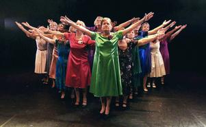 En grupp damer står på scen för första gången i sitt liv.   Foto: NRK