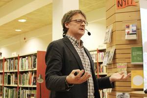 Dan Josefsson vid författarbesöket i Bollnäs i mars i år.